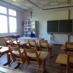 Volksschule Klassenzimmer gelb