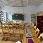 Volksschule Klassenzimmer rot